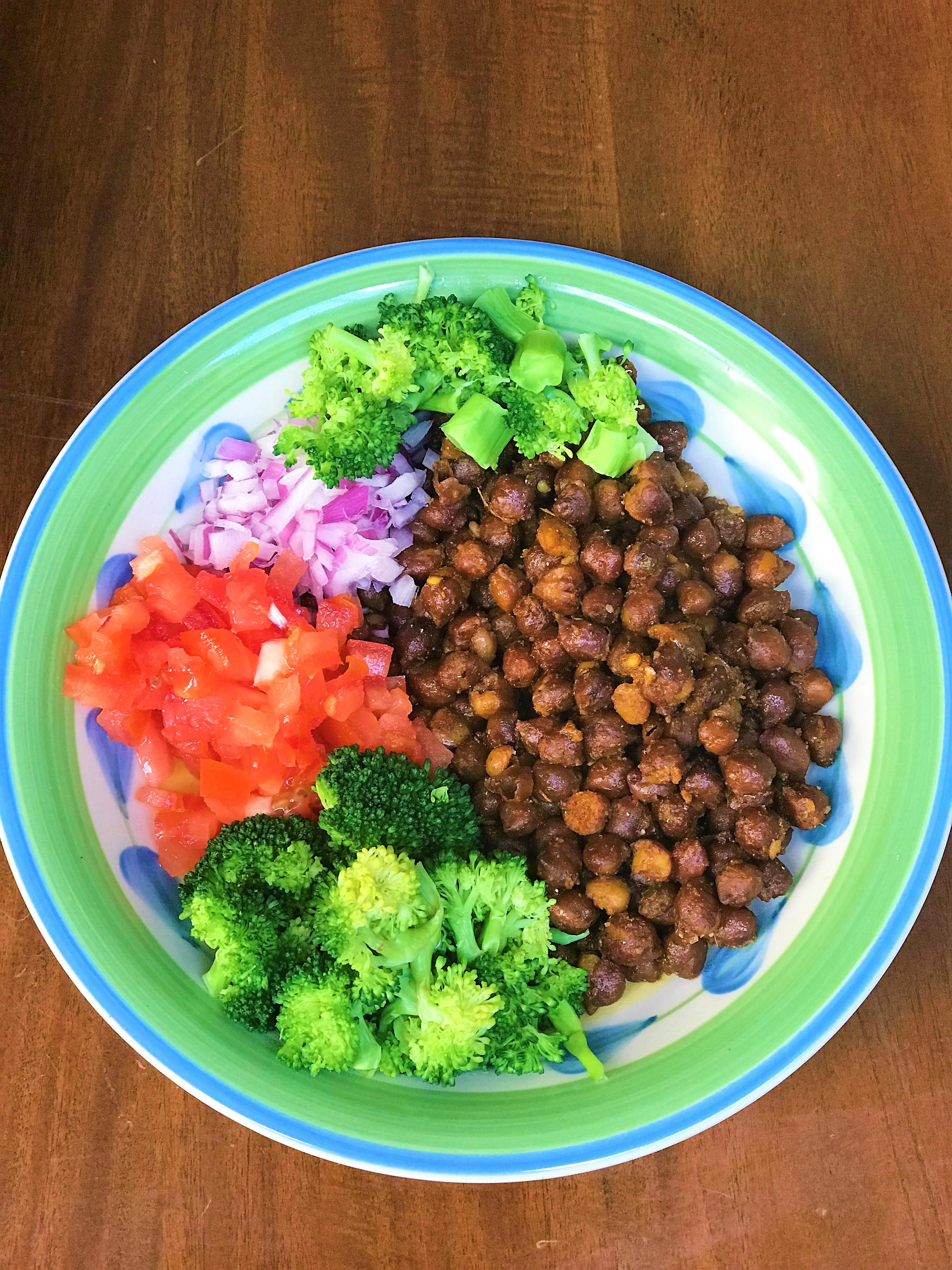 Salade de pois chiches - style indien. Bon pour le petit déjeuner Coloré sain et protéiné rempli de légumes. comment perdre du poids avec les pcos et l'hypothyroïdie, les meilleurs régimes pour perdre du poids avec l'hypothyroïdie et les pcos