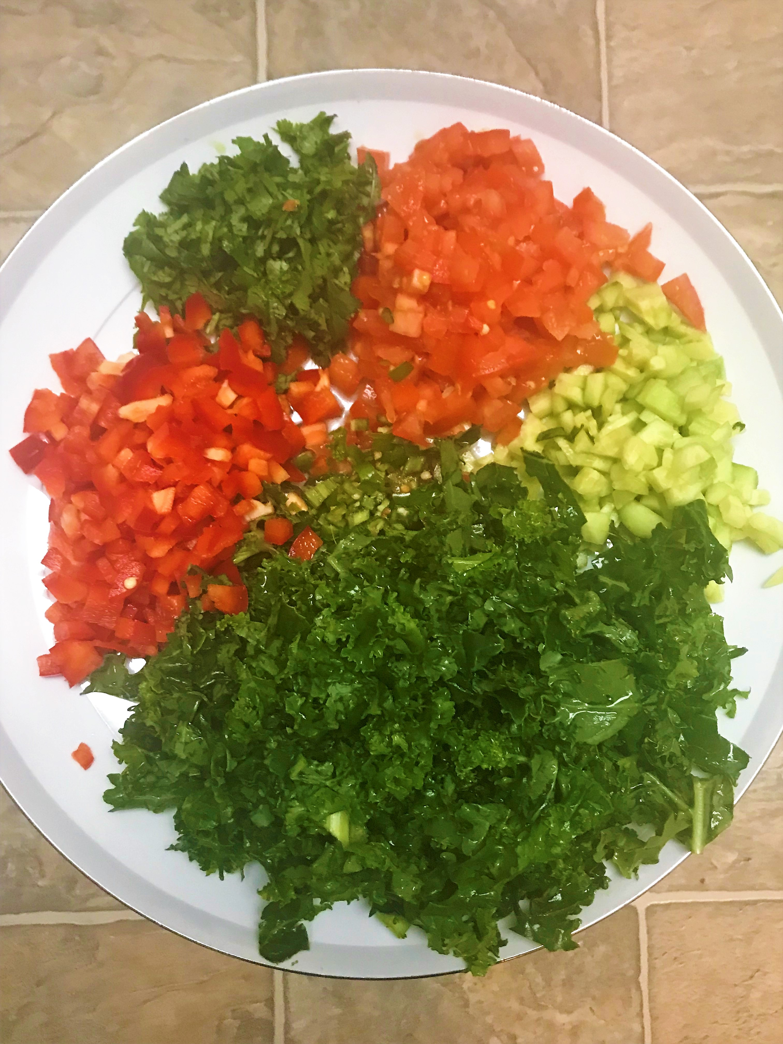 Légumes colorés et hachés pour la salade de quinoa.